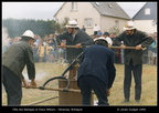 Battages Hénansal 1999 - 94 - pompiers actionnant leur pompe à bras - photo Lénaïc Guégan