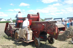 Battages Hénansal 2011 - 28 - Moissonneuse-batteuse Massey-Harris 630 S, le paysan lie le sac de grains - Photo Thierry Louis